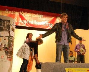 Szene im Stück: Ben (Daniel Wolfarth) prahlt mit seinen Fahrkünsten