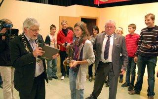 Der Bürgermeister von Bad Bocklet, Wolfgang Back, bei der Übergabe des Theater-Fränzlas an Luise Nehf von der Jugendtheatergruppe Reinsbronn